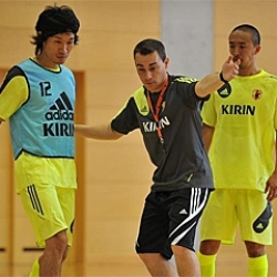 Miguel Rodrigo coaching the Japanese